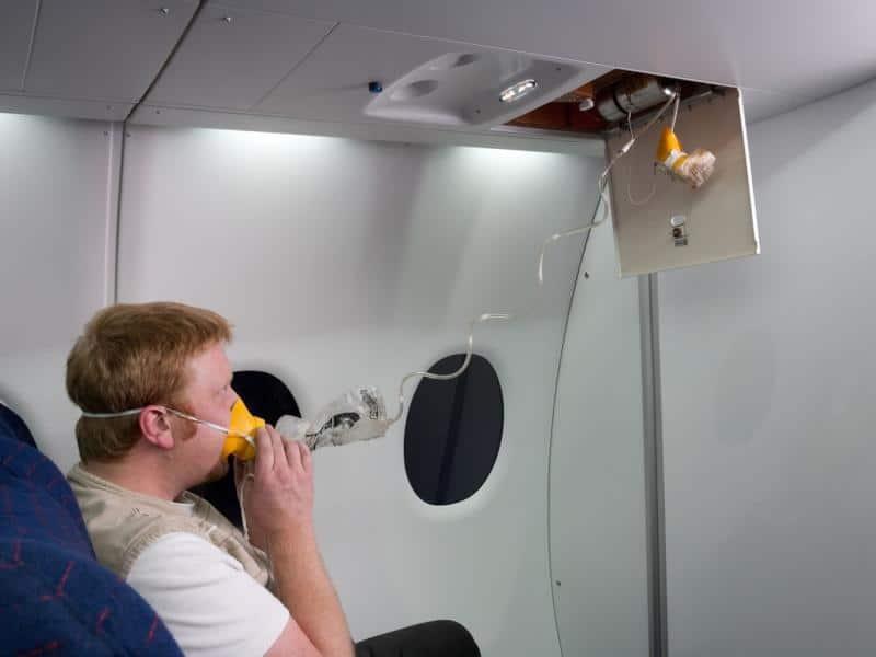 Экстренные ситуации в самолете: как себя вести